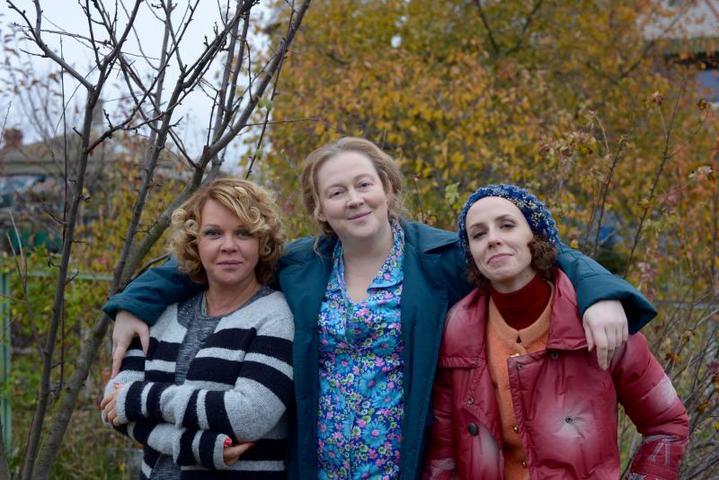 На съемочной площадке сериала «Соседи». Слева направо: Елена Валюшкина, Юлия Ауг и Дарья Семенова. Фото 2017 года / фото компании Мостелефильм