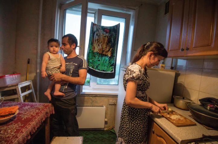Семья мигрантов из Таджикистана Джураевых снимает квартиру в одном из районов Москвы. Найти просторное жилье для большой семьи за умеренную плату - задача не из простых / Илья Питалев / РИА Новости