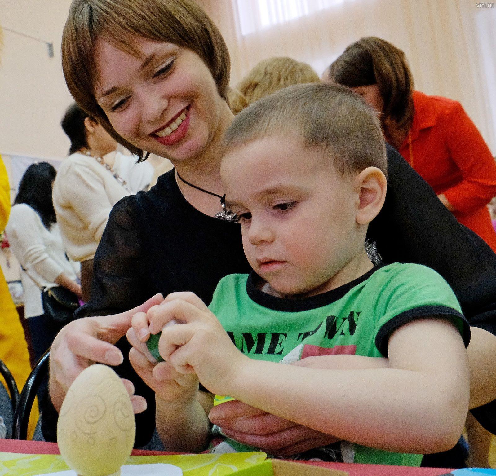 Артем и Ирина Толмачевы участвуют в мастер-классе по украшению пасхальных яиц. Делать первые шаги на пути творчества маленькому Артему помогает мама. Через год он уже сможет и самостоятельно украсить пасхальную композицию