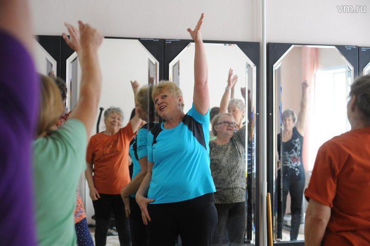 "Женщины и мужчины ходят на занятия по физкультуре / Александр Кожохин, ""Вечерняя Москва"""