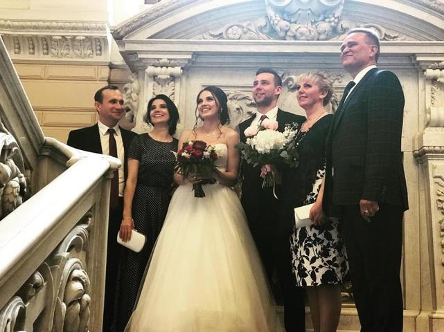 Анастасия Брызгалова и Александр Крушельницкий со своими родными и близкими на свадьбе / www.instagram.com/a_nastasia92