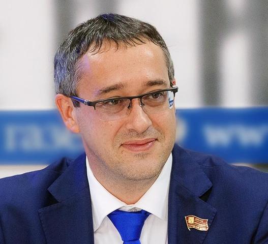 Алексей Шапошниковнаправил прекрасной половине человечества своисамые искренние поздравления / Пресс-центр Мосгордумы