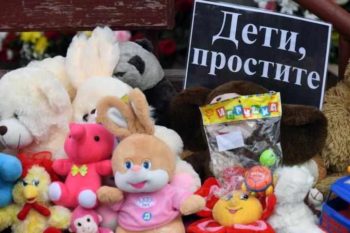 Игрушки у торгово-развлекательного центра «Зимняя вишня» в Кемерове, где накануне в результате пожара погибли посетители, среди которых — дети / Кирилл Кухмарь/ТАСС