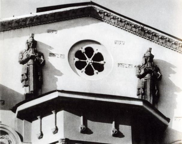 Скульптуры спящих рыцарей на здании бывшего доходного дома Якова Демента на улице Большая Полянка, 54. Фото начала 1980-х годов / PASTVU.COM