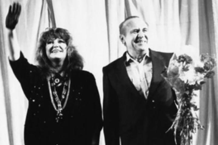 Поэт Леонид Дербенев и певица Алла Пугачева на концерте. Фото 1989 года