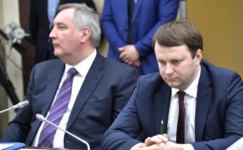 Заместитель председателя правительства Дмитрий Рогозин (слева) и министр экономического развития Максим Орешкин на совещании с членами правительства / kremlin.ru
