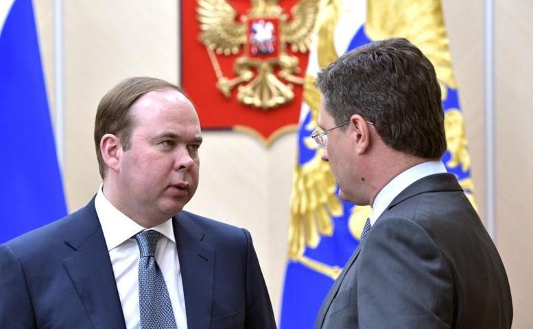 Руководитель администрации президента Антон Вайно (слева) и министр энергетики Александр Новак перед началом совещания с членами правительства / kremlin.ru