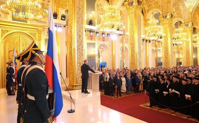 Владимир Путин (у трибуны) произносит текст присяги / Официальный сайт президента России