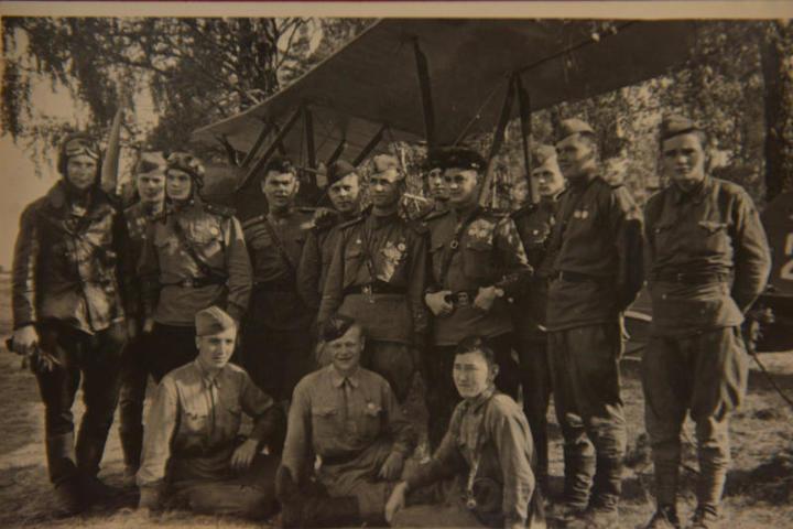 1942 год. Бойцы 666-го авиаполка рядом с самолетом Р-5 / Из личного архива Алексея Никифоровича Рапоты