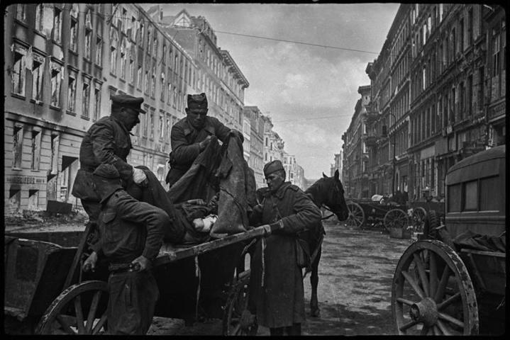Доставка раненых в госпиталь на Фридрихштрассе в Берлине, апрель 1945 года / Валерий Фаминский / Частная коллекция Артура Бондаря