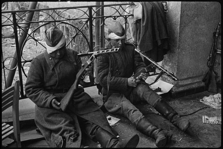 Солдаты в Берлине чистят свое оружие, май 1945 года / Валерий Фаминский / Частная коллекция Артура Бондаря