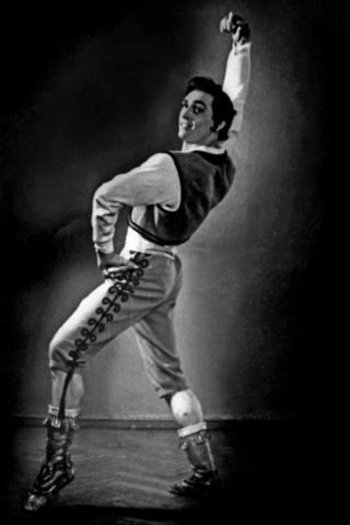 Геннадий Ледях в балете «Лауренсия» исполняет партию Фрондосо. Фото середины 1950-х / Из личного архива.