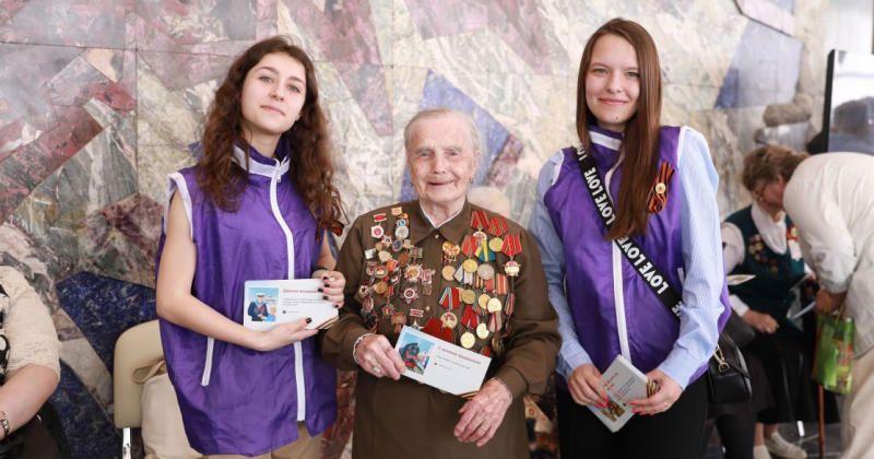 Открытки вручали вгородских парках, домах ветеранов и других местах, где чествовали ветеранов / sobyanin.ru
