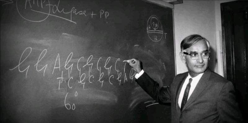 Хар Гобинд Корана 3 июня 1970 года объявил о синтезе первого искусственного гена в живой клетке / Скриншот с видео Youtube (https://www.youtube.com/watch?v=F5DyNGyUURo)