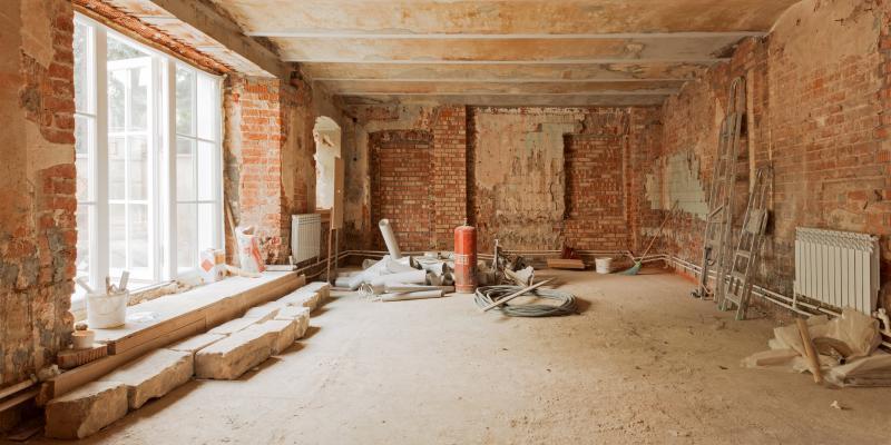 Специалисты также укрепили несущие деревянные стены здания и его кирпичный фундамент. Во время реставрации фасадов стены очистили от грязи и пыли, а затем удалили старый штукатурный слой / mos.ru