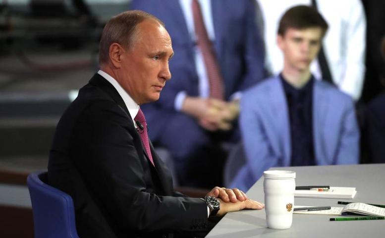 Согласно статистике, за три-четыре часа прямой линии президент успевает ответить на 70-80 вопросов и обращений / Официальный сайт Кремля