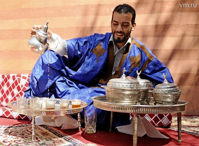 """Бармен из Марокко наливает чай в одном из ресторанов столицы / Игорь Ивандиков, """"Вечерня Москва"""""""