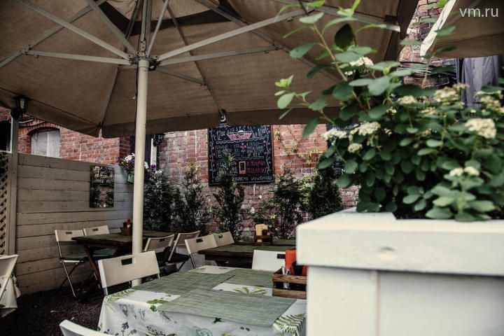 C самого открытия первой «Квартиры 44» мы храним приятную традицию устраивать небольшие концерты по вечерам, зимой внутри кафе, а летом - на открытой веранде / Марина Макеева