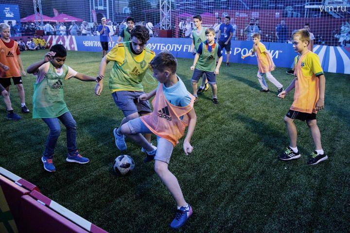 Здесь центром притяжения парка, остается мини футбольное поле, где проходят матчи среди профессионалов и любителей / Алексей Грачев