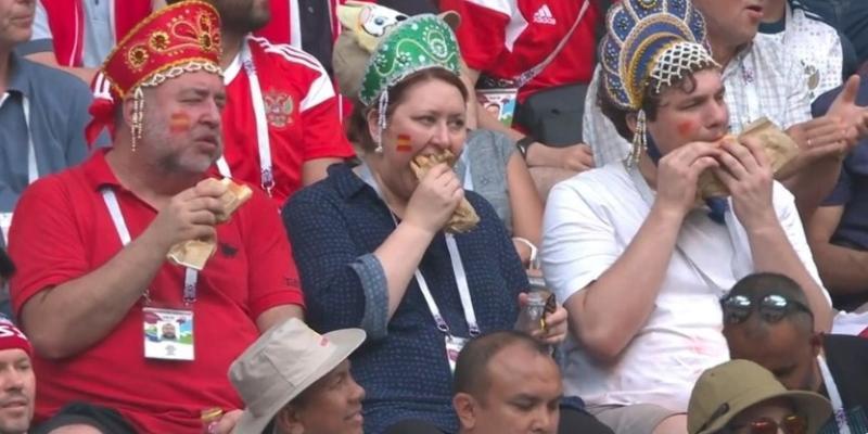 Трое болельщиков обратили на себя внимание на арене матча Россия-Испания / Cкриншот с видео YouTube-канала Матч ТВ