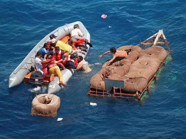 Самодельный плот из покрышек кубинских мигрантов / US Coast Guard