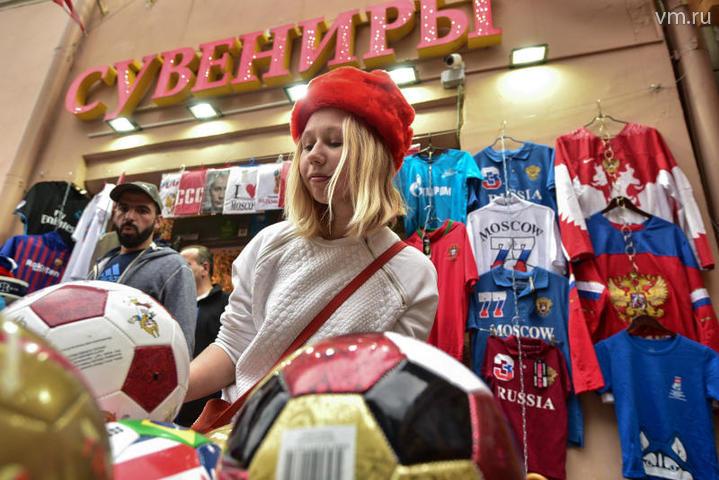 """Чемпионат мира по футболу в России в целом можно назвать одним большим разрывом шаблонов для европейской и американской публики. На фото: туристка из Швеции Ева Олссон / Пелагия Замятина, """"Вечерняя Москва"""""""