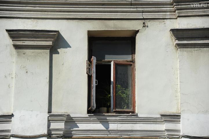 """Женщина с ребенком на руках спускалась из окна пятого этажа по веревке из простыней / Света Колоскова, """"Вечерняя Москва"""""""