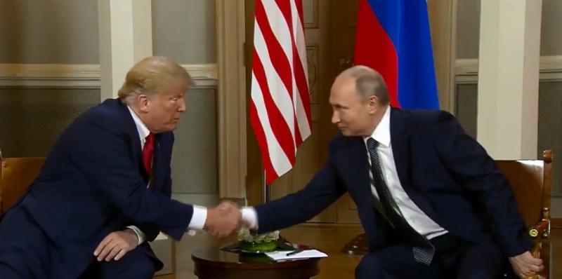 После открытой встречи в узком составе американский президент пожал Путину руку / Cкриншот с видео YouTube-канала RT