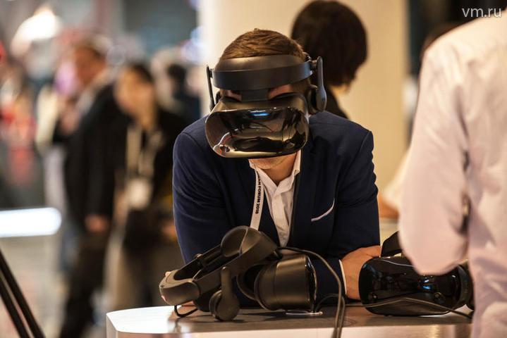 """С помощью 3D-очков гости площадки могут отправиться в космос и погрузиться в виртуальный мир / Наталья Феоктистова, """"Вечерняя Москва"""""""