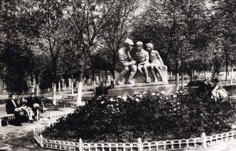БЫЛО. 1950-е годы. Сквер на Красногвардейской улице украсила клумба с розами