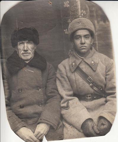 Махмут Гареев перед уходом на фронт в 1941 году с отцом / Департамент информации и массовых коммуникаций Минобороны России