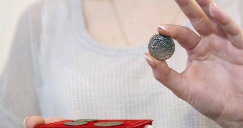 Вместе с изразцамибыли обнаружены фрагменты кухонных горшков из белой глины и две медные монеты 1736–1737 годов выпуска / официальный сайт мэра Москвы