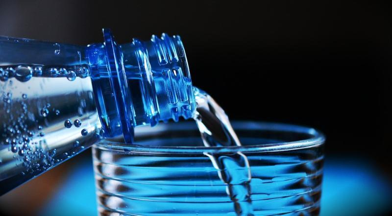 Если ежедневно выпивать восемь стаканов питьевой воды, в клетках поддерживается баланс влаги, предотвращая ее пересыхание / pixabay.com