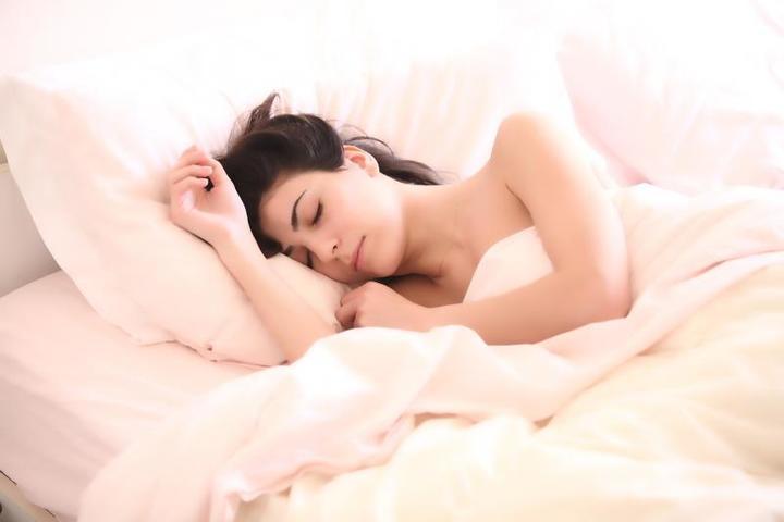 Люди, которые спят в среднем по 10 часов, умирают на 30 процентов чаще тех, чья продолжительность сна составляет 7 часов / https://pixabay.com/ru/