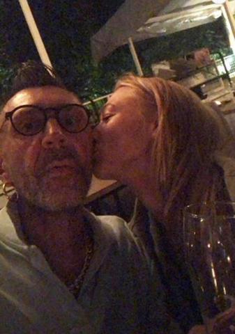 После концерта Сергей Шнуров опубликовал в Instagram Stories фото, на котором Акиньшина нежно целует его в щеку / Instagram Сергея Шнурова