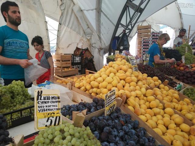 """Эксперты по данным за прошлый сезон отмечали, что большинство (до 75 процентов) овощей на наших рынках отечественного производства, а с фруктами ситуация почти зеркально обратная / Павел Воробьев, """"Вечерняя Москва"""""""