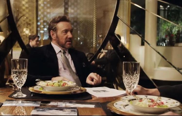 """У тех, кого мы привыкли видеть """"на высоте"""", тоже бывают проблемы с алкоголем / кадр из фильма """"Клуб миллиардеров"""" (2018)"""