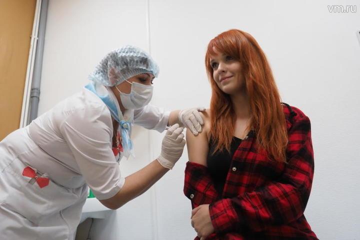 """В столице работает больше 500 пунктов, где жителям могут сделать укол от гриппа / Антон Гердо, """"Вечерняя Москва"""""""