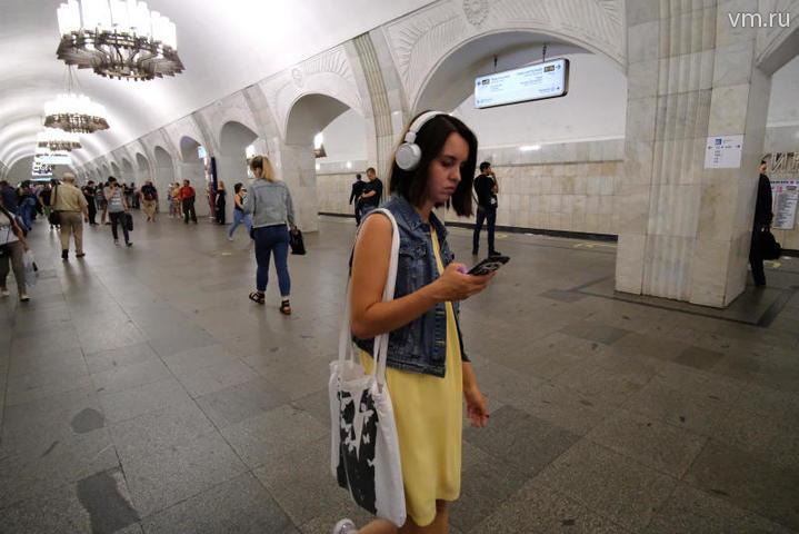 """Сеть Wi-Fi в метро пользуется большой популярностью у пассажиров / Максим Аносов, """"Вечерняя Москва"""""""