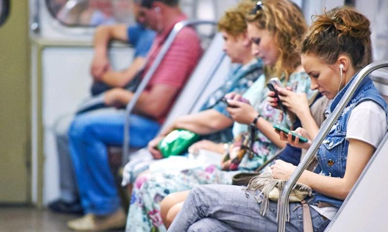 Нужно ли уступать место людям в возрасте? Без сомнения / официальный сайт мэра Москвы