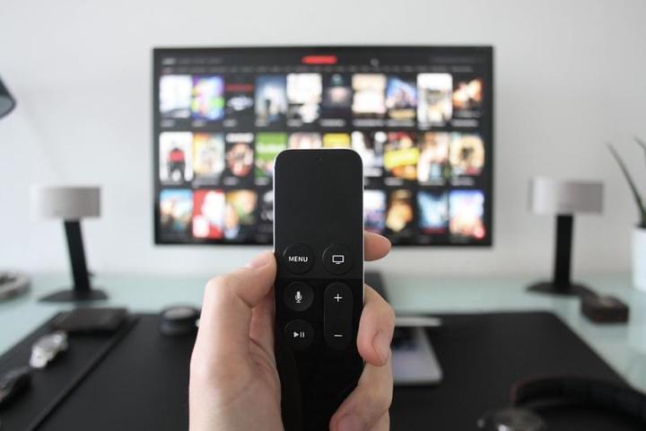 Старшее поколение все еще смотрит телевизор и продолжает считать его единственным источником информации, в то время как остальные— и это касается не только молодежи, но и людей среднего возраста— переориентировались на сетевые средства массовой информации