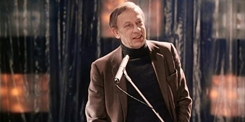 В драме «Зимний вечер в Гаграх» рассказывается история бывшего короля чечетки, а ныне всеми забытого преподавателя мюзик-холла Беглова / Кадр из фильма «Зимний вечер в Гаграх»