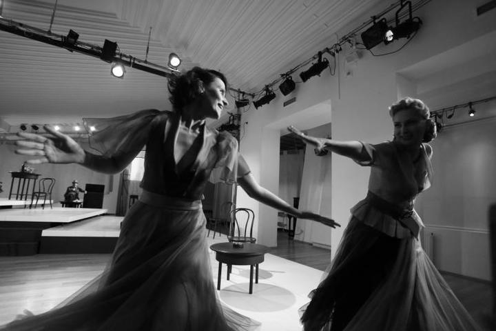 Спектакль практически полностью, за исключением деталей, по пьесе американского классика Теннесси Уильямса, написанной в 1957 году / Пресс-служба спектакля «Орфей спускается в ад»