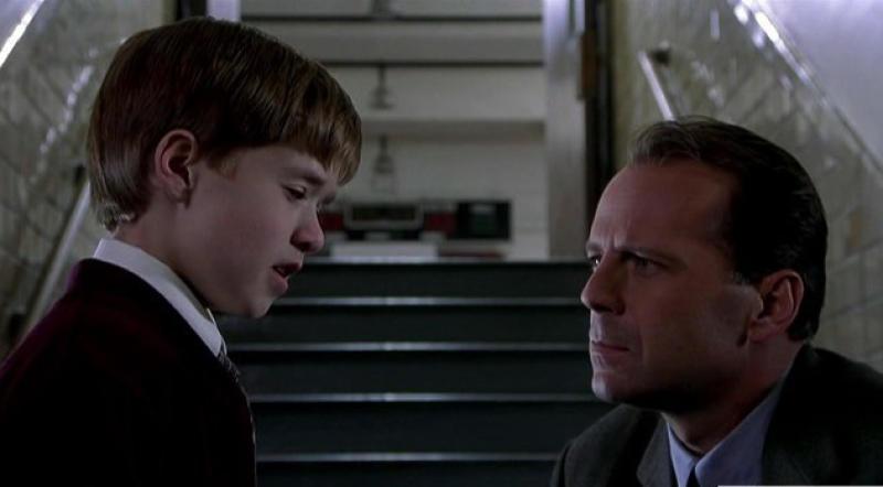 """Детей, подростков оставлять одинокими в «состоянии сдавшегося» нельзя / кадр из фильма """"Шестое чувство"""""""