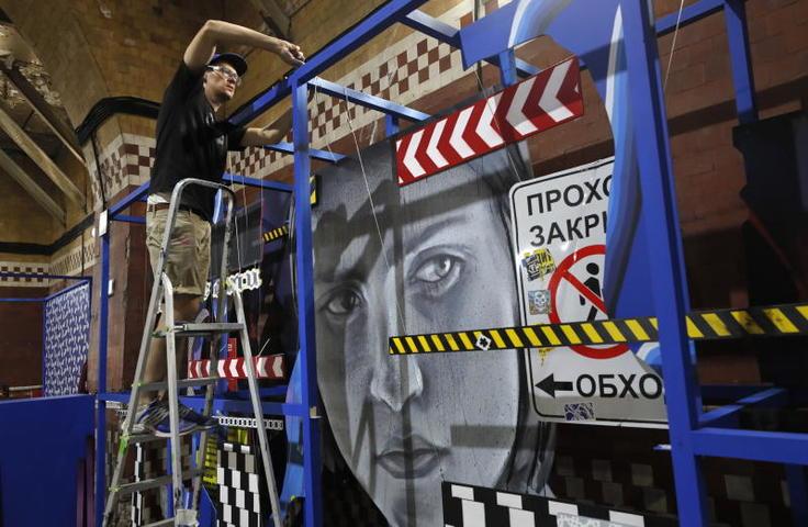 Миша Утеев ака WERT159 из Санкт-Петербурга создаст живописный мурал (большое настенное панно граффити) на стыке абстракции и фигуратива / YURI KOCHETKOV / TASS