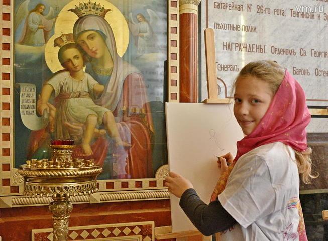 """Анна Карпова срисовывает с иконы изображенных на ней ангелов. Свою картину девочка решила подарить маме, чтобы у нее появился еще один ангел-хранитель / Пелагия Замятина, """"Вечерня Москва"""""""