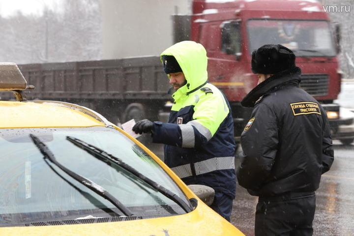 """Последние два месяца инспекторы административной дорожной инспекции также активно работают по изъятию машин у таксистов, которые выезжают в рейс без прохождения медицинской комиссии / Гавриил Григоров, """"Вечерняя Москва"""""""