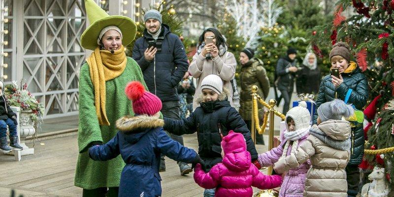Во вторник на Тверской площади в 18:00 можно будет увидеть постановку французского театра Bleu Noël. В ней самые маленькие зрители узнают о приключениях Санты в заколдованном лесу