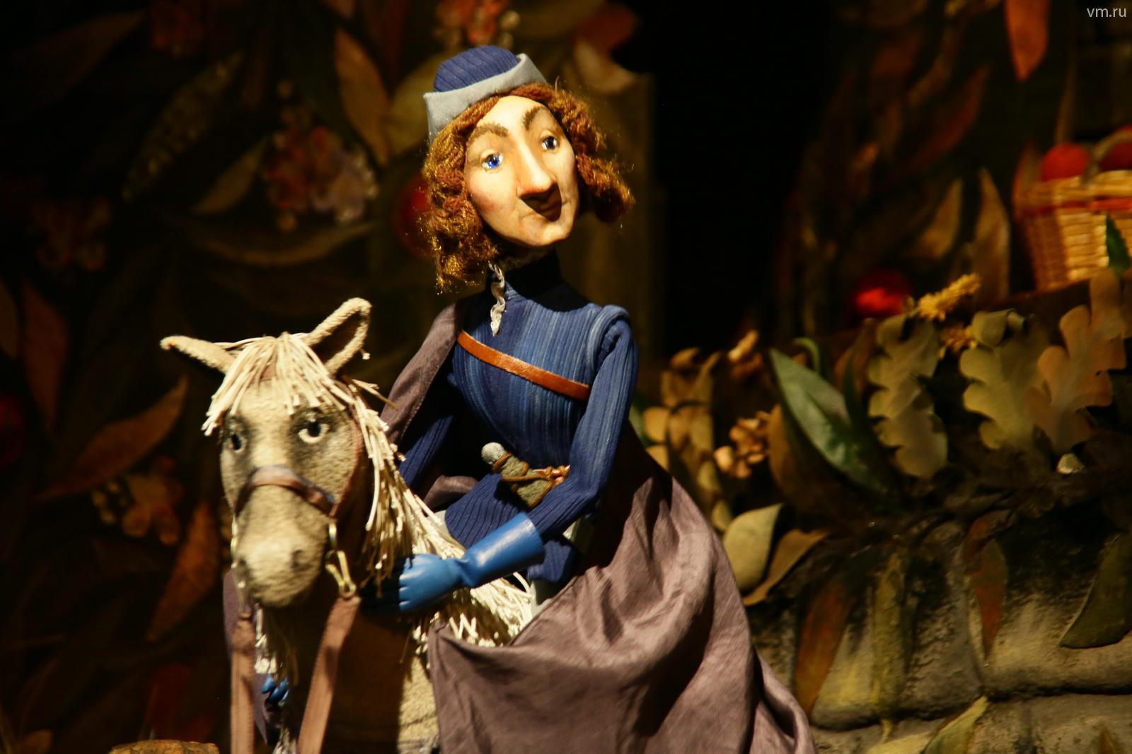 """Замок короля стоит на горе, используются многоплановые декорации / Сергей Шахиджанян, """"Вечерняя Москва"""""""