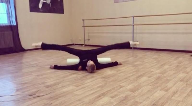 На видео Анастасия совершаетритмичные движения / Скриншот с видео в инстаграм